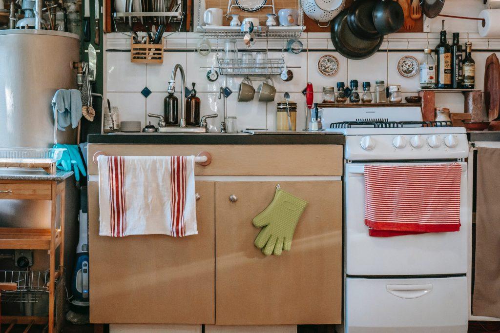 oven gloves on cupboard door